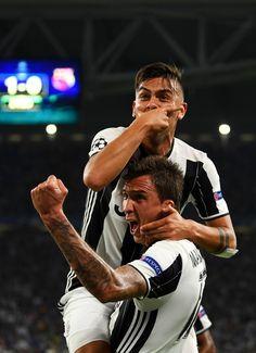 """Dos impresionantes """"pepos"""" de Paulo Dybala, y uno más de Giorgio Chiellini, con el apoyo moral de Mario Mandzukic y demás co-equiperos, le dieron hoy la victoria 3–0 al Juventus frente al FC Barcelona por cuartos de final de la UEFA Champions League."""