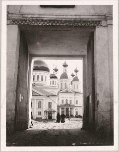Vista através do portão do mosteiro, em Sarov.