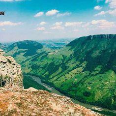Próximo destino da nossa equipe tem 1.100 metros de altitude e a vista perfeita do Rio Tibagi: Pico Agudo que está localizado no Distrito de Lambari na região de Sapopema. Convidamos à todos que queiram curtir no domingo dia 23/10 esse lugar incrível, e se refrescar nas águas da Cachoeira Proibida no fim da tarde. :D  #aventure #aventuras #aventureiros #mochileiros #trekking #picoagudo #nature #natureza #naturezaperfeita #gopro #natgeo #trilhas #riotibagi #sapopema #vsco #cachoeira…
