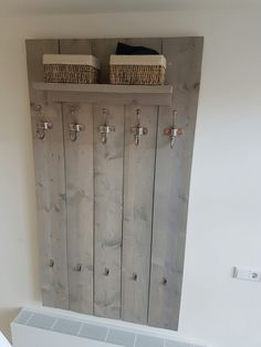 Steigerhout kapstok greywash Hallway Furniture, Pallet Furniture, Hallway Decorating, Interior Decorating, Wand Organizer, Scaffolding Wood, Small Room Bedroom, Living Room Designs, Interior And Exterior