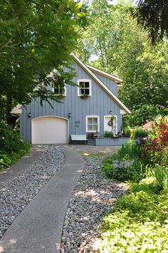 (like the approach to the home, reminds me of a guest house or carriage house behind the main residence) 11 Ways to Make a Cookie-Cutter Suburban House Stand Out Modern Driveway, Driveway Design, Driveway Ideas, Diy Driveway, Stone Driveway, Gravel Driveway, Garage Guest House, Suburban House, Garage Apartments