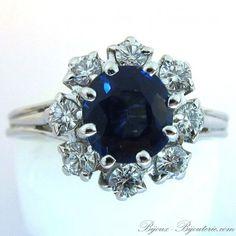 Bague de fiançailles marguerite saphir et diamants monture or blanc http://www.bijoux-bijouterie.com/bagues-saphirs/1957--bague-de-fiancailles-marguerite-saphir-et-diamants-monture-or-blanc-1391.html #mariage #fiançailles #bague