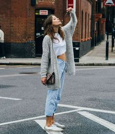 Fall 2017 Style and Outfit Ideas casual and cute Best Street Style, Street Style Outfits, Fall Outfits, Casual Outfits, Cute Outfits, Fashion Outfits, Crop Top With Jeans, Cropped Top, Cropped Jeans