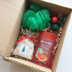 diy gift box discovered by Ginnie on We Heart It Christmas Gift Baskets, Christmas Gift Box, Homemade Christmas Gifts, Homemade Gifts, Holiday Gifts, Christmas Crafts, Diy Gift For Bff, Diy Gift Box, Craft Gifts