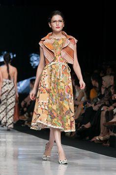 Jakarta Fashion Week 2014 – Edward Hutabarat – The Actual Style Batik Fashion, Ethnic Fashion, Modern Fashion, Trendy Fashion, Fashion Beauty, Fashion Show, Fashion Outfits, Fashion Trends, Fashion Bloggers