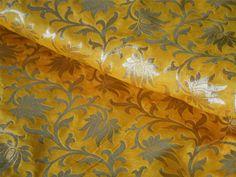 Ceci est une belle Banarsi pur brocart de soie tissu motif floral en jaune et or. Le tissu illustrent petites vignes florales tissées d'or sur fond orange.  Vous pouvez utiliser ce tissu pour...