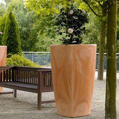 Als schlichtes Designobjekt zieht die einzigartige Trevia Vase alle Blicke auf sich und ist das besondere Schmuckelement für jeden Innen- und Außenbereich. Die Trevia Vasen sind in abgestuften Höhen bis 1,50 Meter erhältlich und so harmonisch in jede anspruchsvolle Einrichtungssituation integrierbar. Ihr Vorteil: Neben der standardisierten Farbpalette sind auch individuelle Wunsch- und Firmenfarben und spezielle Oberflächenoptiken auf Anfrage möglich. Die abgestufte Innenform der…