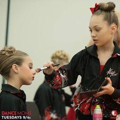 Maddie and Mackenzie Ziegler. Mackenzie Ziegler, Dance Moms Mackenzie, Maddie And Mackenzie, Maddie Ziegler, Cute Sister, Dance Moms Girls, Dance Tips, Putting On Makeup, Sweet Pic
