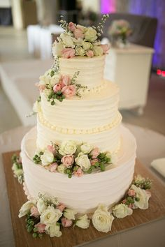 Pretty Floral Wedding Cake | Photo: Sunday Morning Studios