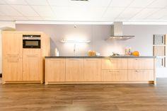 Schüller keuken, kunststof hout. Belfast New granieten werkblad. @siemenshomede apparatuur; vaatwasser, combi-oven, koelkast, gaskookplaat en afzuigkap.
