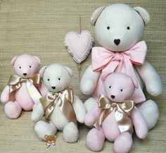 Valor referente: <br>1 urso G <br>3 ursos P <br>Ursinho de tecido com perninhas e bracinhos articulados. <br>Confeccionado em tecido 100% algodão e enchimento de fibra silicona. <br> <br>Uma ótima opção para presentear ou para decorar quarto infantil. <br> <br>Urso com laço P: - 20cm sentado 26 de pé <br>Urso com laço M:- 26cm sentado 33 de pé <br>Urso com laço G:- 31cm sentado 43 de pé