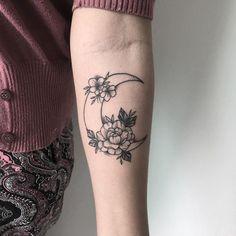 Popular Tattoo Ideas for Ladies – Wrist Designs Girly Tattoos, Pretty Tattoos, Mini Tattoos, Unique Tattoos, Beautiful Tattoos, Flower Tattoos, Tribal Tattoos, Body Art Tattoos, Small Tattoos