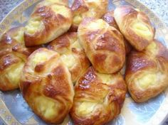 Koffiebroodjes gevuld met banketbakkersroom. Dutch Recipes, Pastry Recipes, Baking Recipes, Sweet Recipes, Real Food Recipes, Cake Recipes, Good Foods To Eat, Bread Cake, Food N