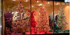 Uma vitrine natalina deve valorizar os símbolos da data, chamar atenção e destacar os produtos. Veja ideias para elaborar decoração de natal para lojas!