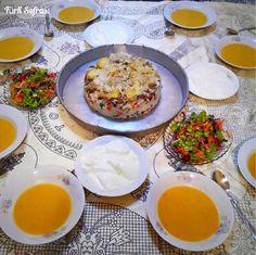 土耳其家常菜:扁豆湯、優格、生菜沙拉佐橄欖油、雜燴蓋飯。 ©pembeturquaz