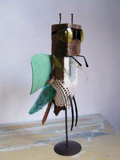 Kunstenaar: Maria Roelofsen Materialen: Metalen, Plastic Gebruikte technieken: alles vast maken aan elkaar door middel van hitte of lijm