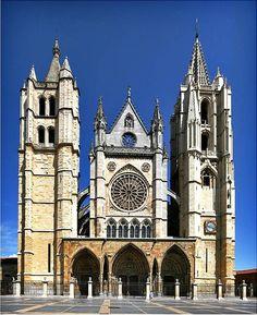 Catedral de León - España /// Construcción de la catedral gótica: La construcción de la tercera catedral se inicia hacia 1205, pero los problemas constructivos de los cimientos hicieron que pronto las obras quedaran paralizadas, y no se reemprendiera la tarea hasta 1255, bajo el pontificado del obispo Martín Fernández y el apoyo del rey Alfonso X el Sabio de Castilla y León, siendo esta nueva catedral de estilo enteramente gótico.