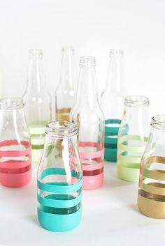 DIY Painted Bottles Upcycle glass bottles into vases with spray paint Starbucks Glass Bottles, Frappuccino Bottles, Bottle Painting, Bottle Art, Diy Painting, Washi Taoe, Spray Painted Bottles, Spray Bottle, Water Bottle