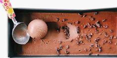 Domácí zmrzlina: 7 receptů, které zvládnete raz dva Chocolate Ice Cream, Chocolate Treats, Ice Cream Ingredients, Lime Recipes, Vegan Recipes, Vegan Ice Cream, Grass Fed Butter, Ice Cream Maker, Frozen Desserts