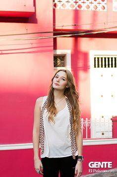Camila Mejía, de 22 años, esta joven caleña ha participado en decenas de sesiones fotográficas y desfiles, situaciones en las que sabe que está prohibido estresarse o trabajar con lentitud. Maquillar y peinar, en su caso, es una labor de mucho vértigo. http://elpais.com.co/