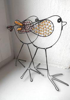 Ptáček Dlouhonožka  interesting feet Bird Crafts, Diy And Crafts, Arts And Crafts, Art Fil, Wire Ornaments, Wire Hangers, Wire Hanger Crafts, Handmade Christmas Decorations, Wire Weaving