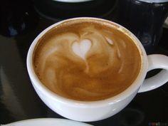 """Cappuccino là cà phê được pha chế theo cách uống cà phê của người Ý, nay đã trở thành thức uống nổi tiếng trên thế giới, được mọi người yêu thích. Trong một tách Cappuccino, phần bọt sữa được đặc biệt chăm chút về thẩm mỹ nó giúp tách cà phê đẹp hơn và hấp dẫn hơn. Những đôi yêu nhau vẫn thường cùng nhau thưởng thức Capuccino với hình vẽ trái tim ngọt ngào. Chính vì vậy mà ngẫu nhiên Capuccino đã trở thành một thức tuống """"tượng trưng"""" cho tình yêu!"""