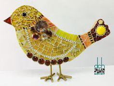 DAVID CHÁVEZ.Realizó con la técnica del Vitromosaico este pajarito de madera. Creado en DCH Taller de Arte David Chávez con vidrios opalescentes, espejados y gemas de vidrio. La cadena y las patitas son de latón.