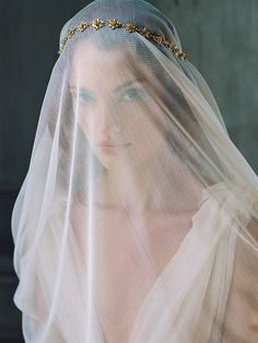Sheer veil with delicate gold crown on top. #weddingaccessories #weddingdaystyle