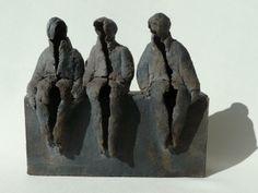 Drie op een bank - Keramische beelden Marian Bonnemayers keramiek webwinkel
