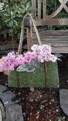 Garden Crafts, Garden Art, Garden Design, Unusual Garden Ornaments, Chicken Wire Crafts, Flower Shop Interiors, Wire Flowers, Hanging Planters, Outdoor Projects