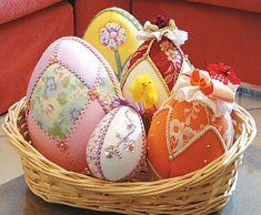 Per Pasqua prepariamo queste uova di patchwork senza ago, incastrando i pezzi di stoffa nelle fessure precedentemente tracciate in sagome di polistirolo