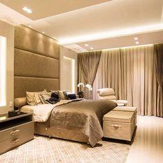 Quem não amaria chegar em casa depois de um dia de trabalho e encontrar um quarto lindo assim para uma boa noite de sono? É perfeito né? A cabeceira estofada até o teto e o projeto luminotécnico deu requinte e aconchego ao ambiente. Projeto Gabriela Guerreiro e Malu Lisboa