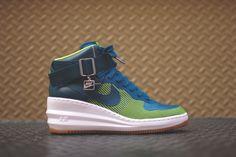 """Die sogenannten """"Wedge"""" Sneaker sind bei vielen Frauen sehr beliebt, da sie Sportlichkeit mit Eleganz vereinen. Nike hat mit den Sky Hi Modellen schon eine gute Range an Wedge-Sneakern aufgebaut und erweitert das Sortiment nun mit dem ..."""