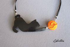 Un collier original et amusant: chat noir et pelote orange *version maxi*  en pâte polymère  / idée cadeau Clay Figurine, Bijoux Diy, Clay Creations, Diy Jewelry, Polymer Clay, Crochet Necklace, Orange, Etsy, Tutorials