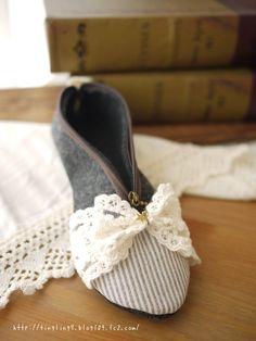 ★こちらは、「sasamama様ご予約品」です。sasamama様以外の方はご購入いただけませんのでご注意下さい★パンプスをイメージした靴型のペンケースです。...|ハンドメイド、手作り、手仕事品の通販・販売・購入ならCreema。 Fabric Crafts, Sewing Crafts, Sewing Projects, Patchwork Bags, Quilted Bag, Rangement Art, Lavender Crafts, Fabric Flower Brooch, Sewing To Sell