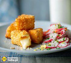 Sałatka z rzodkiewki ze smażonymi kawałkami sera camembert.  Kuchnia Lidla - Lidl Polska. #kuchniafrancuska