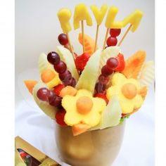 Přání k svátku ze šťavnatého ovoce, které se skvěle hodí jako přání k svátku, narozeninám a dalším významným událostem. Toto netradiční přání k svátku promění svátek, narozeniny a jakoukoli rodinnou oslavu v nezapomenutelný zážitek. Vršek této kytice ozdobíme vámi vybraným číslem nebo jménem vyřezaným z ananasu, které jednoduše zadáte při objednávání této kytice do poznámky k objednávce.