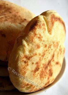 Batbout (pain cuit à la poêle) 200g de semoule très fine 200g de farine blanche ½ cuil. À café de sel 2 cuil. À café rases delevure boulangère De l'eau tiède