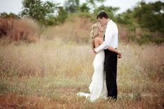 wedding photo field kiss pose