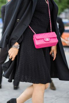 Guests arrive at Chanel's cruise 2016 show in Seoul. [Photo by Simpson Kim] Pink Chanel Bag, Chanel Bag Classic, Chanel Mini, Chanel Bags, Chanel Rose, Chanel Cruise 2016, Chanel Resort, Pink Handbags, Hermes Handbags