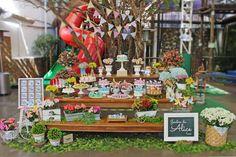 No primeiro aninho da Alice, a mamãe Andrea queria um jardim alegre e bem florido! Quem não quer algo meigo e delicado para a sua princesinha, não é? O local escolhido para a festa tinha um espaço ao ar livre com a atmosfera perfeita para a comemora...