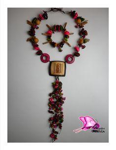 Colección ORIGENES Tall er de Diseños Atavíos de la Mussa 2014  OFICIO: Bisutería TÉCNICA: Enchapado  LINEA DE PRODUCTO: Accesorios (collar largo /pulsera/pendientesMATERIALES: bolas de madera,semillas de durazno,miniaturas en barro(jarras),tagua,bombona,coco,nacar,cristales de murano,piedras semipreciosas Piezas de Diseño con Identidad !! CONTACTO; DIANA MARIA VARELA( ataviosdelamussa@yahoo.es)