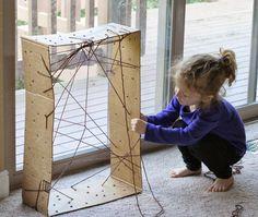 Spinnenweb maken met wol door gaatjes in een doos