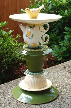 Glass Bird Bath, Diy Bird Bath, Bird Bath Garden, Glass Garden Art, Diy Garden, Glass Birds, Garden Crafts, Garden Totems, Recycled Garden