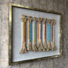 Made in Chile with linen, jute and metal. No glass. Yarn Wall Art, Crochet Humor, Woven Wall Hanging, Hanging Art, Arrow Design, Hanging Photos, Weaving Projects, Star Quilts, Mug Rugs