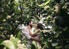 pareja besandose entre azahar