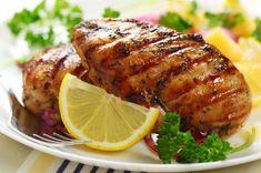 Yüksek ateşte kızarttığımız fileto tavuk göğüslerini hafif soya soslu ve ballı karışımla buluşturduk. Ortaya çıkan esere ballı tavuk adını verdik.