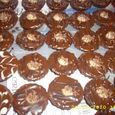 Ľahké košíčky plnené krémom a poliate výbornou čokoládovou polevou. Holidays And Events, Doughnut, Muffin, Breakfast, Advent, Food, Morning Coffee, Essen, Muffins
