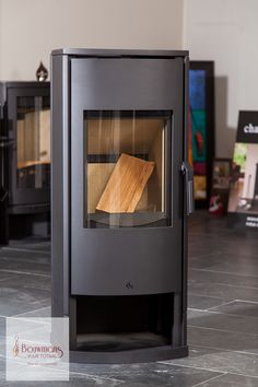 De Faber desigh-houtkachel Inga Plus is een model houthaard met ranke vormen en een hoge, fraai gebogen keramische ruit voor een behaaglijke en sfeervolle warmtebron.  Met een rendement van 75% of meer heb je een toestel uit klasse A. De CO-emissie is klasse 1 en door deze beide klassificeringen beschikt het toestel over de strengste normen. Het model heeft een adviesprijs van € 1965,00 en wordt nu door ons verkocht voor slechts € 1350.00  We hebben 1 exemplaar staan! Op = op