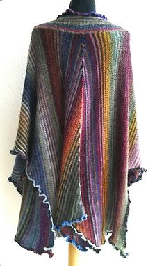 Knitting Patterns Ravelry Knitting right now, because the poncho // the shawl you need absolutely as a lake … Knitted Poncho, Knitted Shawls, Knit Cardigan, Knit Or Crochet, Crochet Shawl, Knitting Stitches, Knitting Machine, Vintage Cotton, Shawls And Wraps